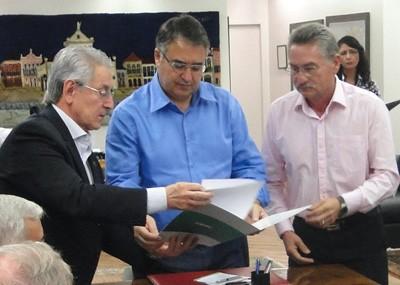 Governador sanciona lei de reajuste do Piso Salarial Estadual para 2015