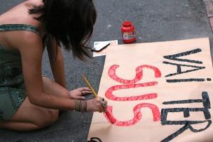 Sem retrocesso. Manifestante prepara cartaz para protesto em frente à Faculdade de Saúde Pública da USP, em São Paulo