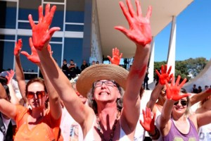 Mulheres protestam em Brasília pelo fim da violência contra a mulher (maio de 2016)