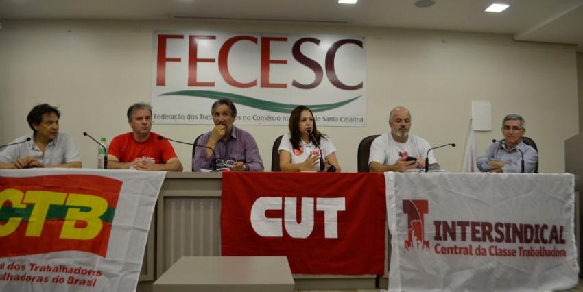 Reunião sobre a greve geral no auditório da FECESC