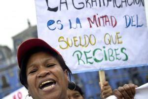 Trabalhadora doméstica em uma manifestação em Lima em 2012. ERNESTO BENAVIDES GETTY