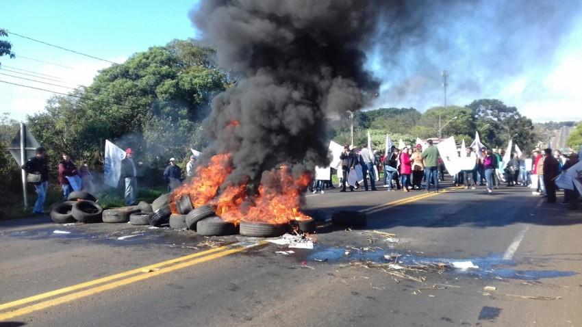 Foram mais de 20 bloqueios de rodovias em todas as regiões, na foto, trancamento da BR que liga Chapecó ao Rio Grande do Sul