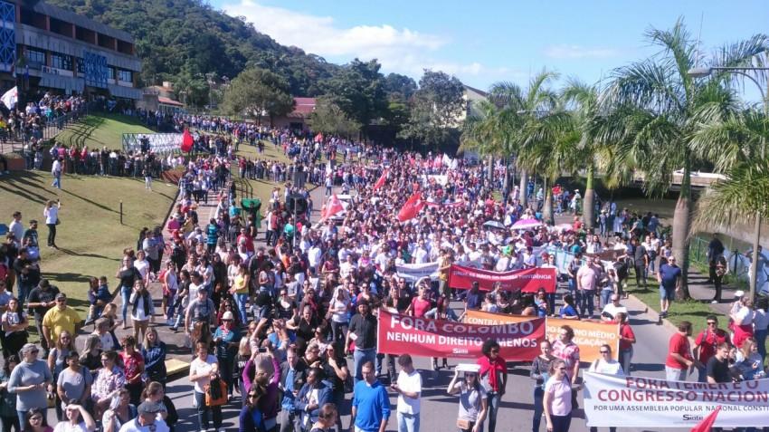 Joinville  passeata reúne milhares de trabalhadores no norte do estado