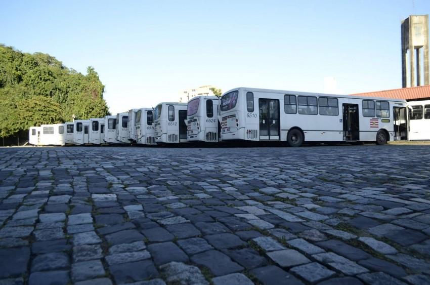Sem ônibus, trabalahdores ficaram em casa. Na foto, ônibus parados em Blumenau