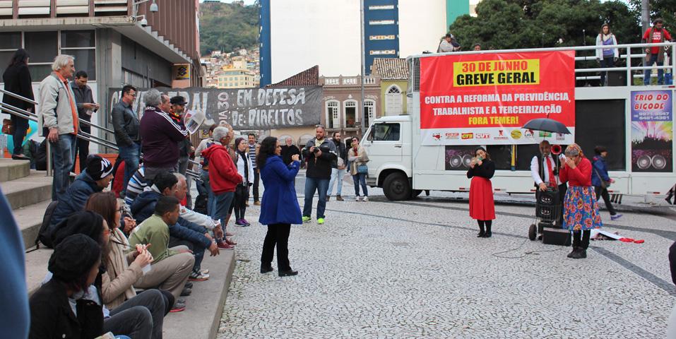 Ato cultural chama a população de Florianópolis para a Greve Geral do dia 30 de junho