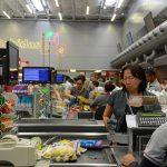 PANDEMIA DE CORONAVÍRUS: E se fosse mais útil vacinar primeiro a caixa do supermercado?