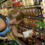 Com inflação em alta e o auxílio emergencial menor, brasileiros comem menos e mal