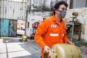 Petroleiros distribuem botijões de gás e combustíveis a preços justos